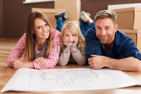 27478251-planification-familiale-heureuse-leur-nouvel-appartement